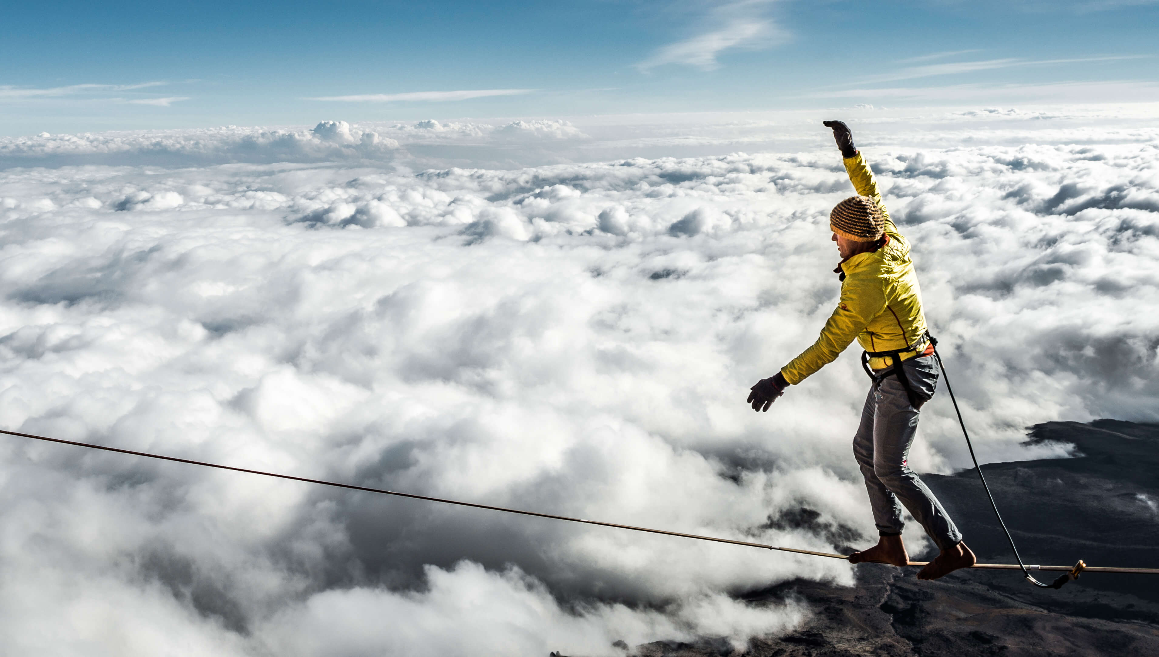 Stephan Siegrist balanciert in 5.700 Metern Höhe