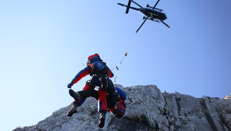 Häufig müssen die verunglückten Bergsportler mit dem Hubschrauber aus der Luft gerettet werden