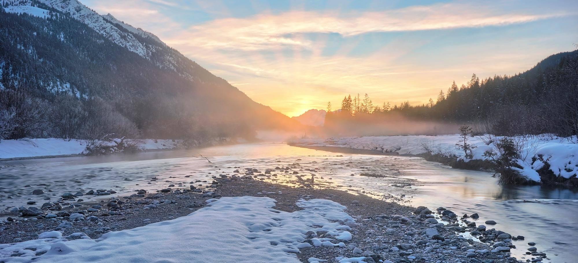 Sonnenuntergang an der Isar im Winter