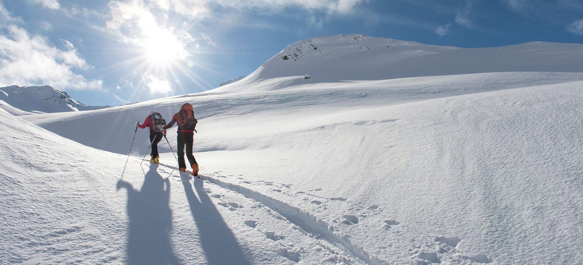 Zwei Skitourengeher in der verschneiten Landschaft