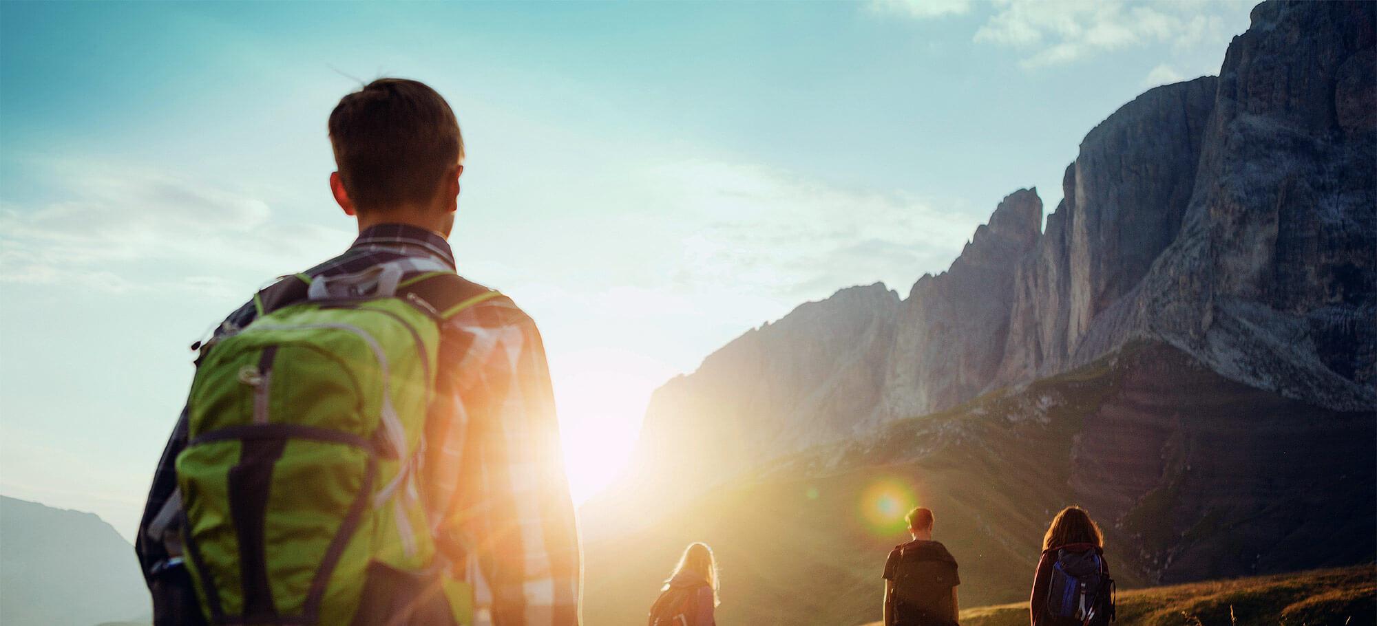 Höhenwege in den Alpen: Wanderer in den Dolomiten