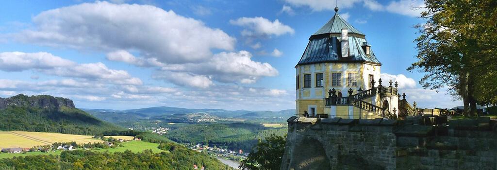 Festung Königstein im Elbsandsteingebirge mit Blick auf den Lilienstein.