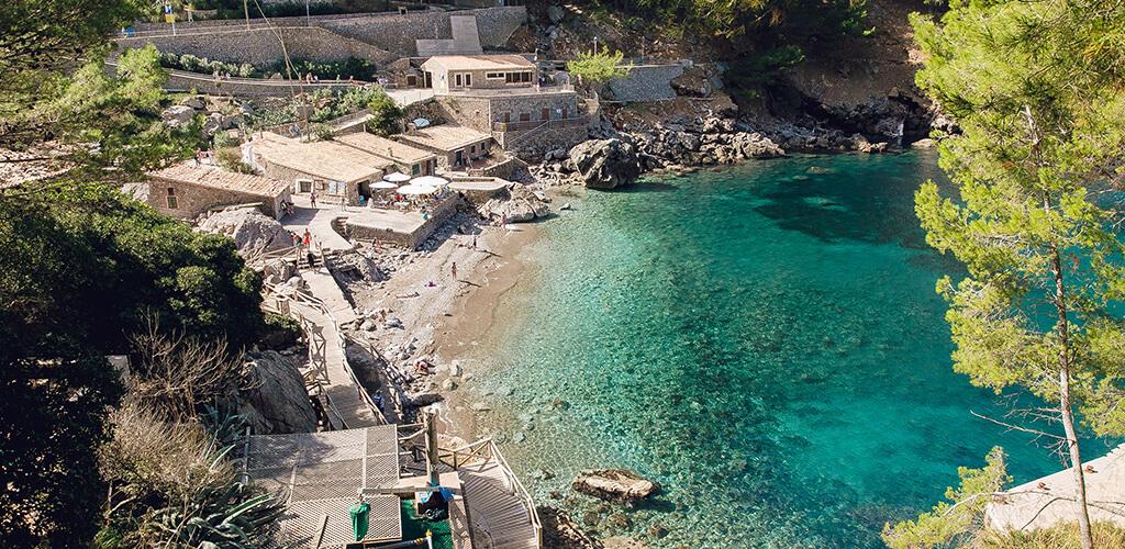 Blick von oben auf kleine Dorf Sa Calobra vor dem Torrent de Pareis in Mallorca
