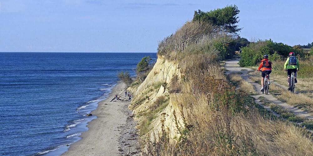 Radfahrer an Steilküste an der Ostsee