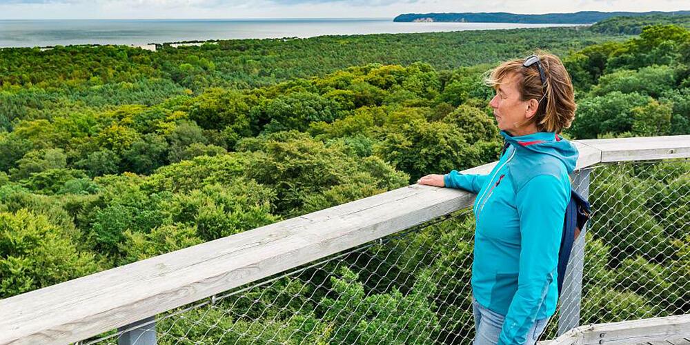 Blick vom Aussichtsturm im Naturerbe Prora auf Wälder und das Meer