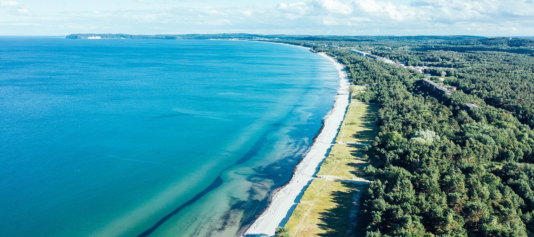 Nlick auf Proras Küstenlinie von oben
