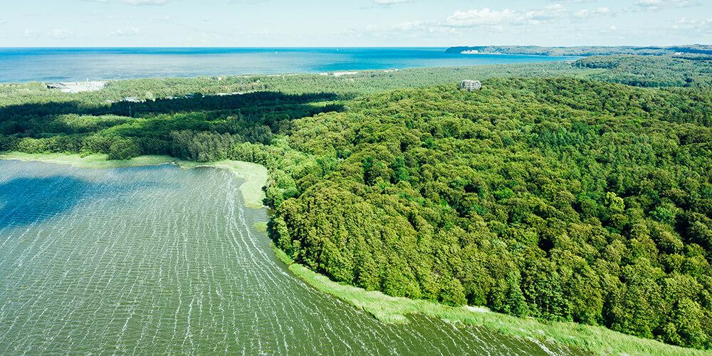 Blick aus der Luft auf Schmachter See und die Ostsee