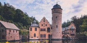 wandern im Spessart - Blick auf Schloss Mespelbrunn