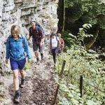Gruppe wandert entlang gewaltiger Wand in Wutachschlucht,